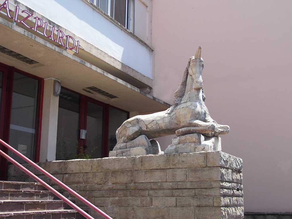 lycee-aizpurdi-statue